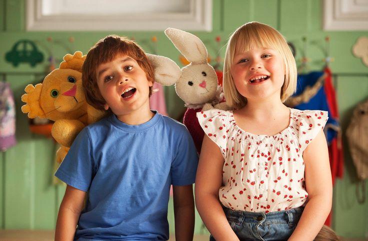 CASPER & EMMA Emma is bijna jarig. Ze wordt vijf. Wat ze het liefste wil voor haar verjaardag is een hond, maar haar moeder vindt dat ze nog niet groot genoeg is om voor een hond te zorgen. Op de eerste dag van de kleuterschool maakt Emma kennis met Casper. Ze ontdekken dat ze beide een knuffel als vriend hebben. Casper heeft een leeuwtje, Emma een konijntje. De twee kinderen sluiten direct vriendschap en de knuffels ook.