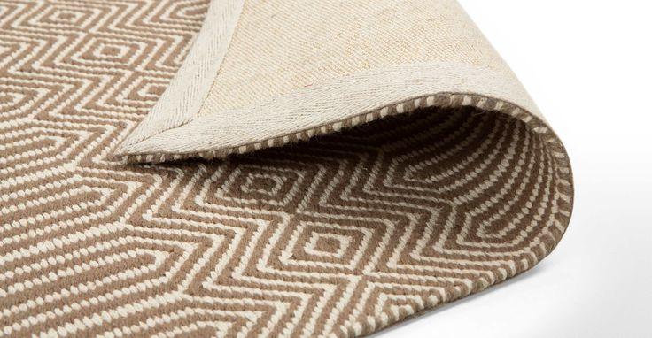 Ryker vloerkleed in beige en lichte tinten. Ideaal voor een comfortabele thuiskomst om heerlijk je schoenen uit te gooien.   made.com/nl