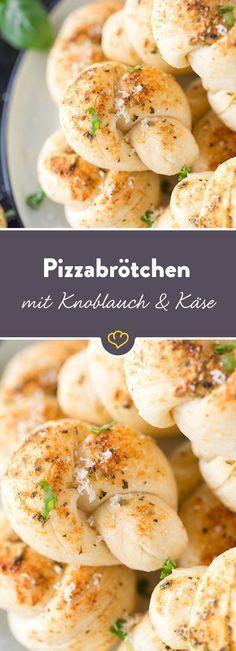 Verknotete Angelegenheit aus dem Ofen: Frischer Hefeteig verwandelt sich in kleine Pizzaknoten mit reichlich würzigem Parmesan und aromatischem Knoblauch.