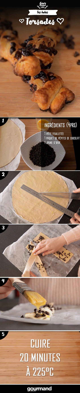 On récapitule : 1. Découper des bandes de pâte de 3 cm de largeur et 6 cm de longueur. 2. Déposer les pépites de chocolat sur toutes les bandes. 3. Enrouler 2 bandes entre elles pour former une tresse. 4. Badigeonner du jaune d'œuf battu. 5. Enfourner 20 minutes à 225° sur une plaque recouverte de papier cuisson.