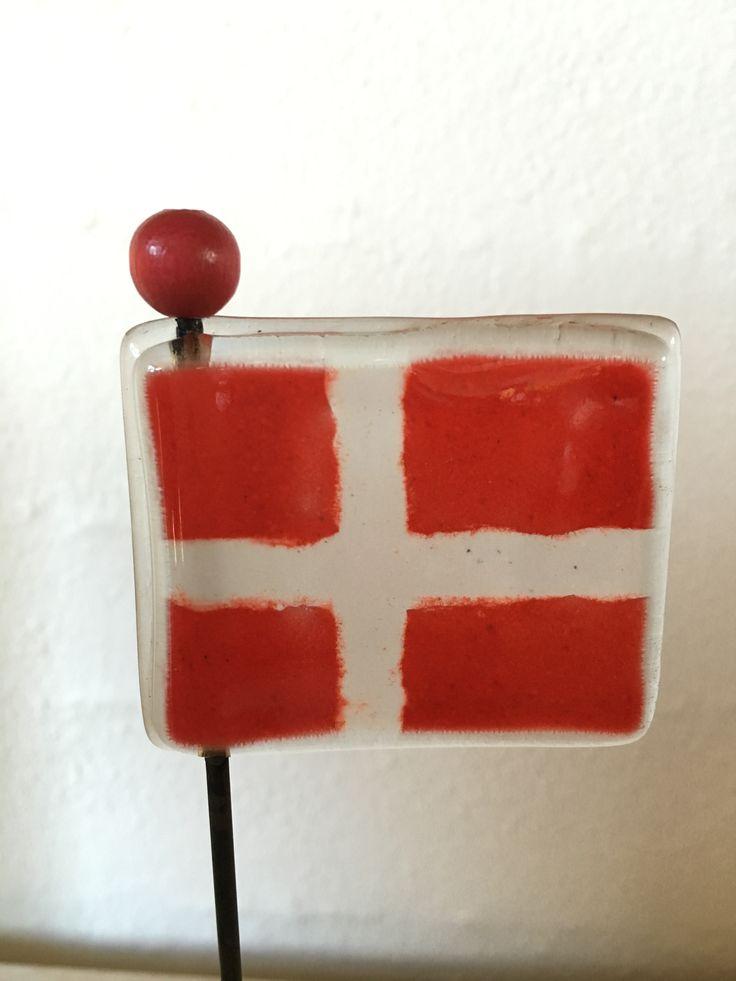 Fødselsdags flag i glas med en rød træ perle.