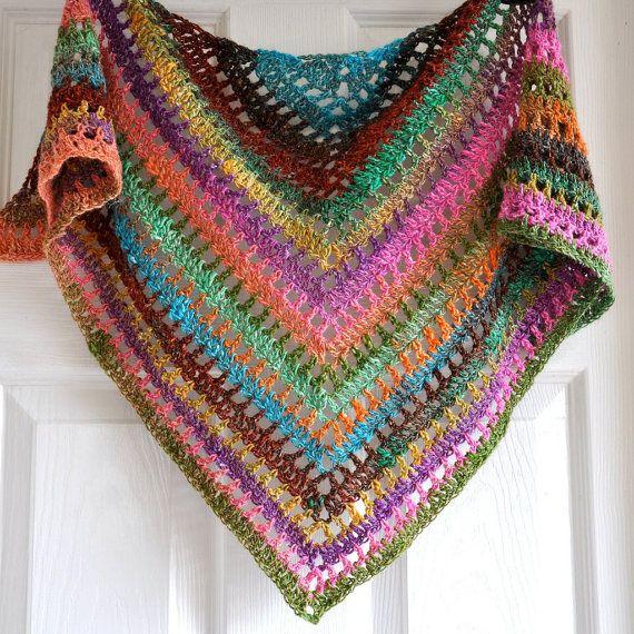 He creado esta preciosa envoltura triangular en patrón de encaje de lana muy suave y fino. El color es una mezcla de un sentimiento muy afrutado, vitaminas y el sol.  Es el accesorio perfecto para un alma artístico.  Perfecto como regalo ya que viene con libre de empaquetado del regalo  >> listos para enviar