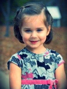 Coiffure petite fille avec une tresse tenir cheveux