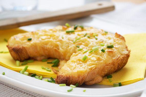 Das Rezept für feine warme Gipfeli mit Sbrinz ist einfach zubereitet und ist ein köstliches Apero für Ihre Gäste!
