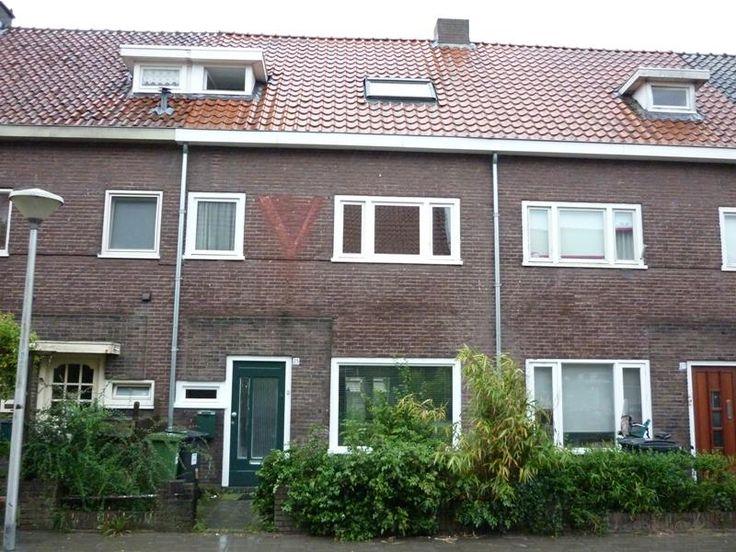 Pioenroosstraat  Gemeubileerd huis met 5 kamers op zeer centrale locatie in Eindhoven! Slechts 15 minuten fietsen naar het TU en fontys terrein en maximaal 10 minuten naar het centrum van Eindhoven!  INTERNATIONAAL STUDENTENHUIS! Gedeelde keuken en badkamer separaat toilet. Met gezamenlijk gebruik van de achtertuin.  Ruime kamer voorzien van kortpolig tapijt en wit gestuukte muren.  De kamer beschikt over: - bed met matras en linnengoed - bureau met bureaustoel - kledingkast Deze kamer is op…
