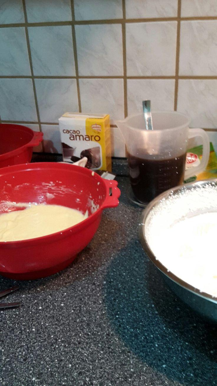 Prepara il composto uova-solo tuorli- zucchero e mascarpone .
