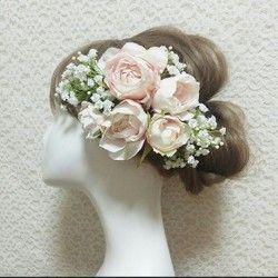 ご好評によりただいま品切れとなっております4月末販売再開の予定ですのでよろしくお願いいたします♡***柔らかなアンティークなカラーのお花を集めて上品なヘッドドレスをお作りしました薄ピンクと淡いオフホワイトのニュアンスアジサイ、人気のアンティークカラーのローズナチュラルな素材のお花やウサギのしっぽみたいな草・・・そしてそのお花たちを引き立てるチュールをアクセントにお入れしてあります お花合わせにとことんこだわって花嫁様のヘアーを引き立てるヘッドドレスに仕立てましたヘアーに合わせて自在にアレンジできるパーツタイプとなりますたくさんのパーツが入っているのでアレンジのバリエーションも広がりますナチュラルで美しいヘッドドレスです※ご希望によりパーツをプラスすることもできます【仕様】すべてのパーツが独立していますので自在にアレンジしていただけます【似合う髪型】編み込みのルーズなアップスタイル、編みこみのポニーテイルやラプンツェルなどにとてもよく合います【オーダーメイド】お揃いのブーケやリストレットをお作りしておりますブーケ 20000円〜 リストレット 3000円〜…