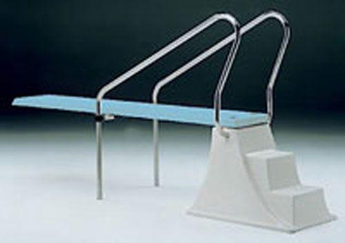 Ψάχνετε βατήρα για την πισίνα σας; Ο βατήρας Elevado διαθέτει αντιολισθητική σανίδα και σκαλοπάτια, ενώ ταυτόχρονα συνοδεύεται από εξάρτημα στήριξης!