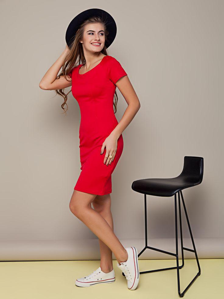 Яркое красное платье футляр, прямой крой. Платье универсальное - может быть вечернее и на каждый день. Коллекция весна-лето 2016.