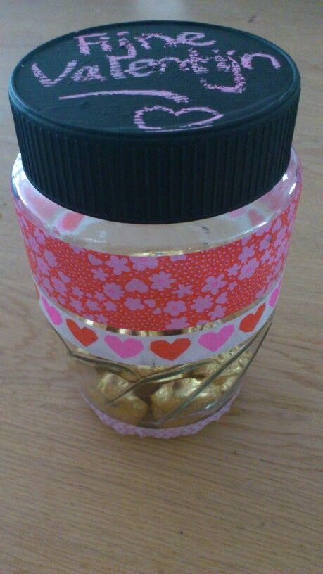 Voor Valentijnsdag. Pot versieren met washi tape, deksel verven met schoolbordverf en pot vullen met (hartjes)snoep. Happy Valentine! Gemaakt door Tessa.