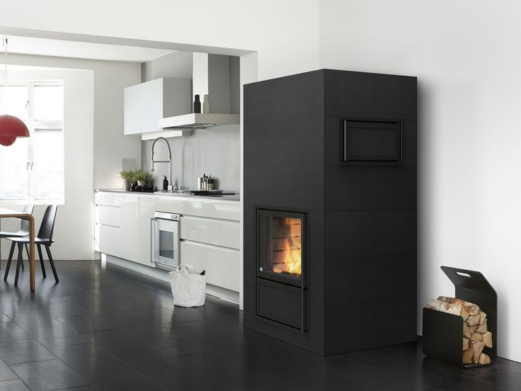 Jalanti heat-retaining ceramic fireplace bakeoven combination. Bakeoven can be placed on either side of the fireplace. www.tulikivi.fi