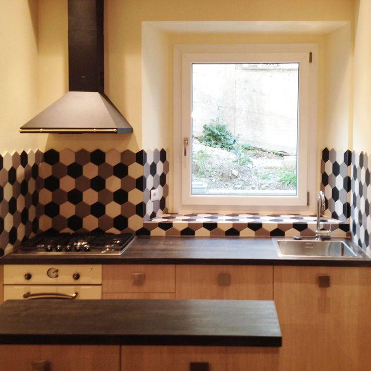 Cucina con rivestimento ed elettrodomestici di ispirazione vintage.
