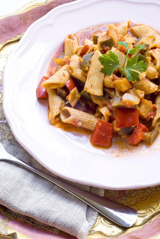 Roślinna - blog wegański: Pomidorowy makaron z bakłażanem i ciecierzycą