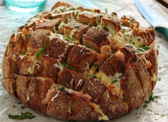 Μια γρήγορη,απλή, υπέροχη, παρεΐστικη και επικίνδυνα εθιστική, συνταγή για ένα λαχταριστό και μοσχοβολιστό Ψωμί 'τράβα-τσίμπα', καθώς το τσιμπολόγημα δεν