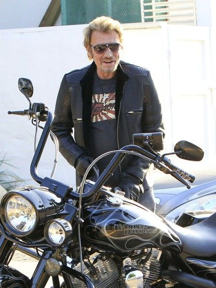 Johnny Hallyday Photos - Singer Johnny Hallyday and his wife, Laeticia Hallyday, went for a family outing to Taverna Tony and stopped for some playtime at the swingset in Malibu, California on April 27, 2013. - Johnny and Laeticia Hallyday Have a Family Outing in Malibu