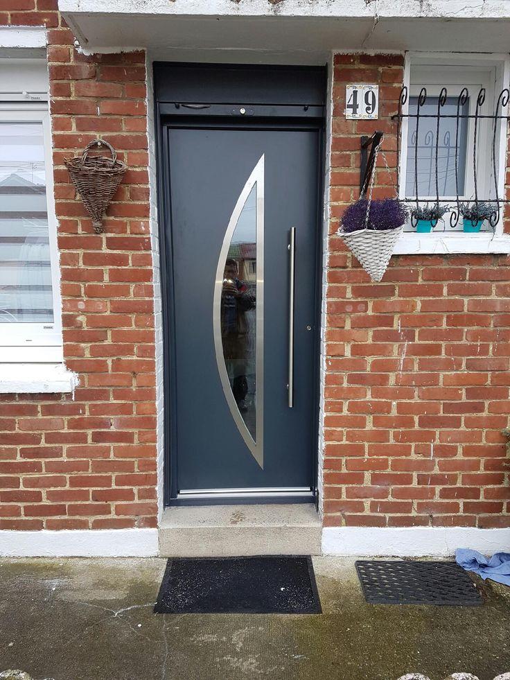 Aluminiowe drzwi zewnętrzne z szybą z łukiem i eleganckim pochwytem