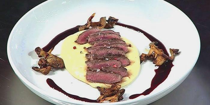 Aprenda a fazer a receita especial de Lombo de Cordeiro com purê Aligot com 2 queijos e funghi o Chef Henrique fogaça, jurado do programa Master Chef.