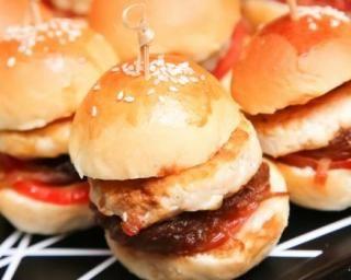 Mini-burgers apéritifs en brochettes : http://www.fourchette-et-bikini.fr/recettes/recettes-minceur/mini-burgers-aperitifs-en-brochettes.html