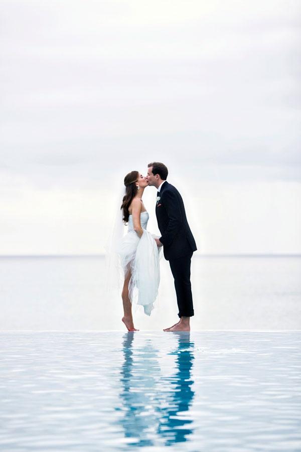 Prachtige foto van een bruidspaar in de zee
