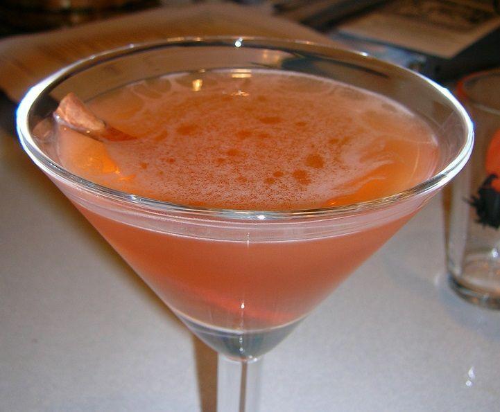 Ad una festa per Halloween dovete servire bevande in tema, non le solite coca cola o i soliti cocktail, e per questo vi proponiamo questo raffinato cocktail a base di zucca, in versione analcolica e leggermente alcolica
