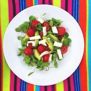 Sałatka z roszponką, kozim serem, awokado i pomidorami. Z dodatkiem grzanek czosnkowych wymiata!