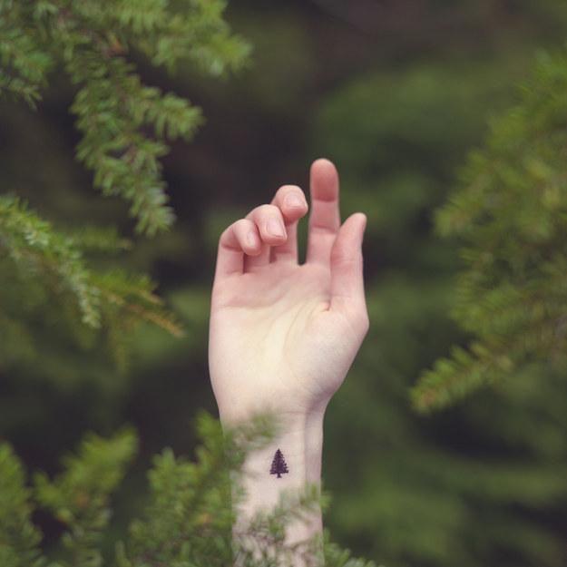 Tatuaż na nadgarstku wygląda niesamowicie. Każda z Was chciałaby taki mieć!