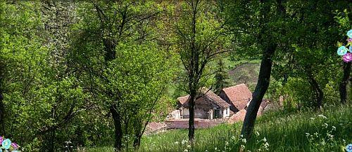 Va invitam sa explorati satul transilvanean in forma lui pura: oaspeti intr-o casa taraneasca, decorata in stilul anilor 1900, cu specialitati locale, intr-o atmosfera ce aminteste de perioada medievala.