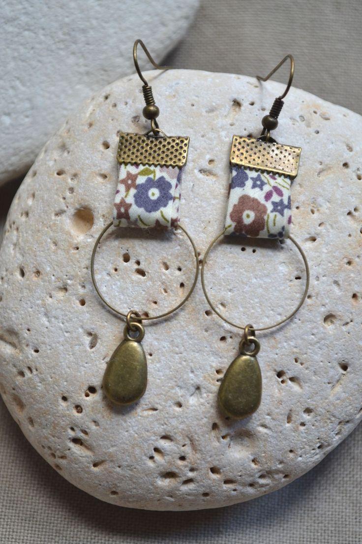 Boucles d'oreilles avec tissu beige et anneaux bronze