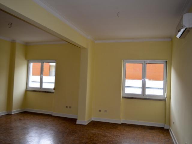 Apartamento T3 (4 Assoalhadas): Semi - Recuperado com 137m2; Equipado com Ar Condicionado; Arrecadação; Varandas Grandes; Localizado em Prédio com Elevador no Centro da Cidade.