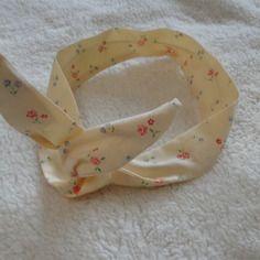 Bandeau cheveux en coton jaune semé de petites fleurs et doublé d'un fil d'alu...