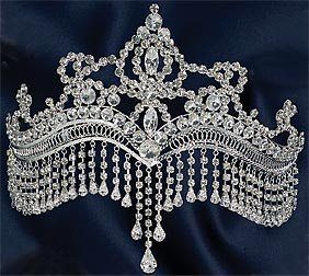 Oh how beautiful. I've always loved jewels that lay low on the forehead, and combined with a tiara..wow.