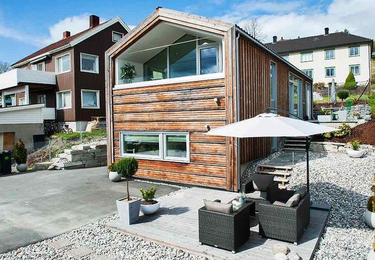 Eneboligen i kebony skiller seg klart ut fra den mer tradisjonelle trehusbebyggelsen på Lade i Trondheim. Med tiden vil fasaden få en sølvgrå patina, og den trenger ikke noe vedlikehold i form av maling eller beising.