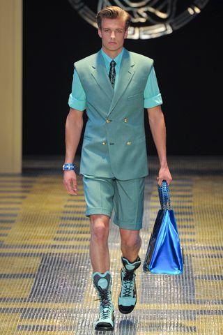 Formal e esportivo. (Versace Verão 2013)