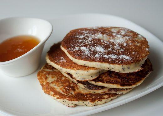 Коль уж скоро вот-вот нагрянет масленица, предлагаю вам еще один рецепт блинчиков. Это вариант американских панкейков (pancakes) – толстых небольших блинчиков-оладий 🙂 Рикотта в составе дает сытность и очень интересную текстуру. При желании вы можете использовать для приготовления этих блинчиков обычный творог. Разделяем яйца на белки и желтки. Белки взбиваем…