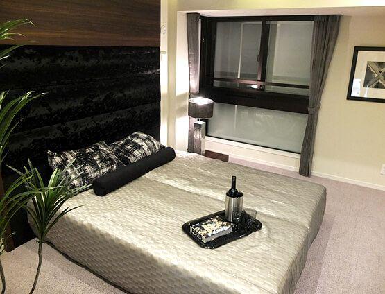 B281清潔感のあるベッドルーム白系のベッドリネンで統一し、広さと清潔感を演出。ベッドヘッド背面にはマルチクローゼットを設けた。