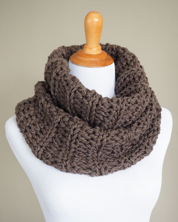 Claire's Outlander Crochet Cowl - Free Pattern is quick and easy to make, even for beginners.