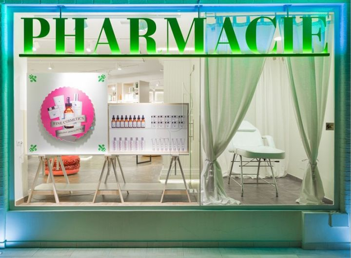 Oui Pharmacie brand has its origin in the union of passion for French top skincare brands and the pharmacy location, Arturo Soria street, a residential street near the French Lycee and L\'oreal laboratories.
