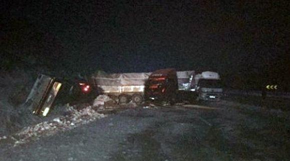 Çanakkale-Biga karayolunda meydana gelen zincirleme trafik kazasında 5 tır, 3 kamyon ve 2 otomobil çarpıştı.