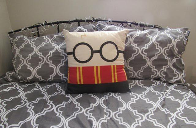 Voici quelques idées cadeaux de Noël pour tou•tes les fans d'Harry Potter, de Ron Weasley, d'Hermione et même de Voldy. Planque tes euros si toi-même t'en es un•e.