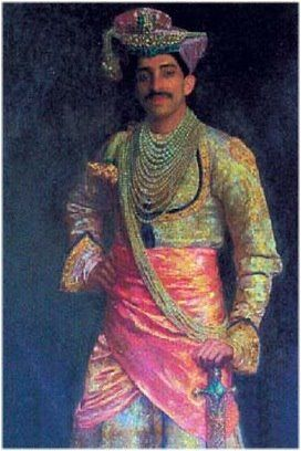 Maharaja Tukojirao Holkar wearing the 5-strand pearl necklace, the 7 strand pearl necklace and a large sash of pearls. Every Indian Maharaja worth his salt had a sizable pearl collection and Holkars were no exception to the rule. The pearls of the maharajas were no ordinary pearls, but Basra pearls of the finest quality.