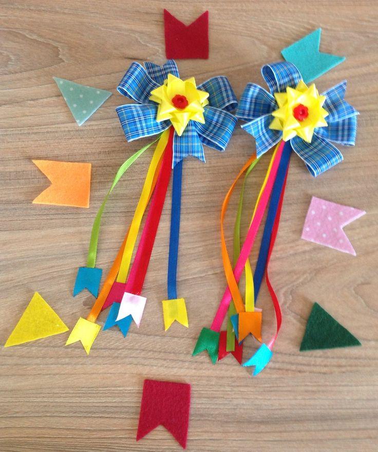 Par de Lacinhos com aplique de fitas e bandeirinhas, lindos para festa junina.  Feito no bico de pato.  Laços 10x7 cm aproximadamente.  Aplique 17 cm aproximadamente.