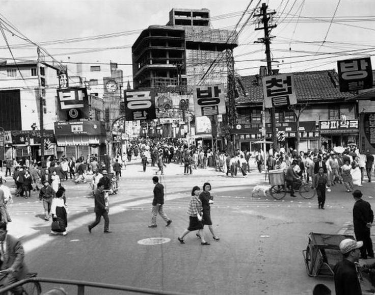 1965 Entrance of Myong-dong in Seoul, Korea. 1965년 명동입구