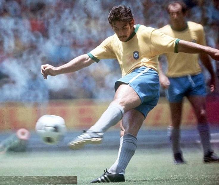 ROBERTO RIVELINO, pateando el balón, Mundial de Fútbol México 70.
