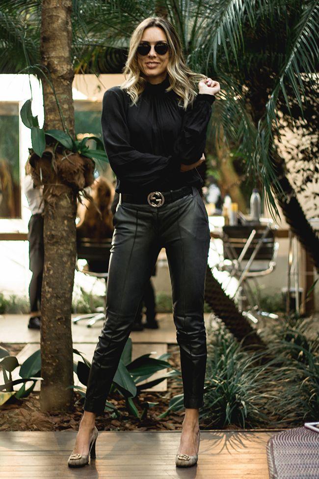 Para inspirar os looks clássicos de inverno, fotografamos a Aline Ritzmann. Os cabelos loiros ganharam destaque com o visual all black!