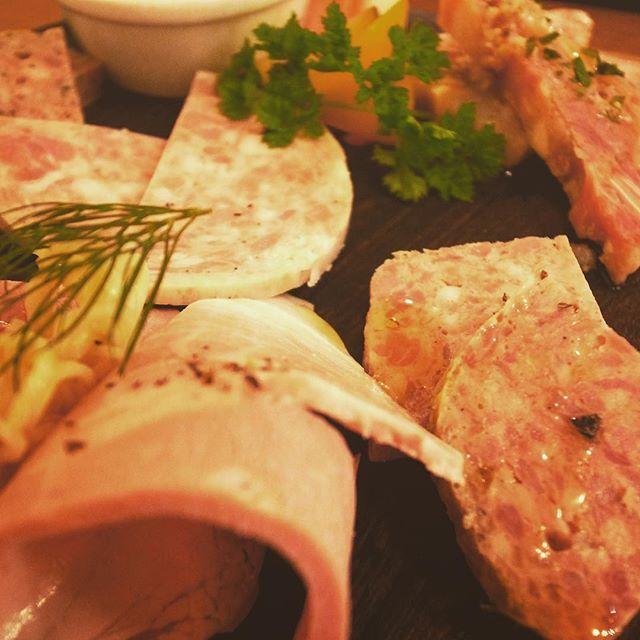 いろんなハムいっぱい!/ Variety of hams😋  #ham #salami #meat #appetizer #hungry #lovephotography #ハム #サラミ #肉 #前菜 #酒の肴 #写真好きな人と繋がりたい #写真撮ってる人と繋がりたい #カコショク #ファインダー越しの私の世界