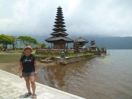 Santy en Pura Ulun, Danau Bratan, guapa.....como siempre