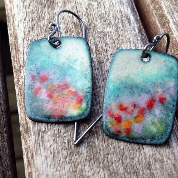 Été jardin émaillé boucles d'oreilles, Floral Design Dangle Earrings, rouge orange lavande teal crème couleurs, émail vitreux, Artisan Original
