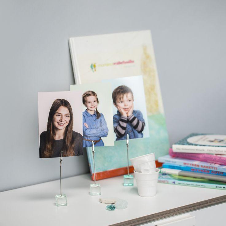 Kiinnitä valokuvat klipseillä, vaihtoehto vanhanaikaisille kehyksille.  #sisustus #somistus #vinkki #kuvatuote #photoproduct #valokuva #muotokuva #lapsikuva #päiväkotikuva #koulukuva #rakkaat #kuvaverkko #sisustus #somistus #decoration #interiordesign #darlings