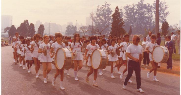 """A banda da escola Professor de Almeida Júnior, em São Paulo, tinha um uniforme todo branco em 1979. Para """"customizar"""" o uniforme, algumas meninas subiam o cós para diminuir o comprimento das saias"""