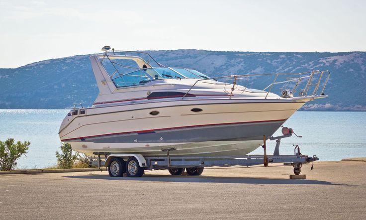 OPP AV VANNET: Om du ikke allerede har tatt båten opp av vannet ennå, så er det tid for det nå. I denne pluss-artikkelen får du hele sjekklista fra ekspertene, enten båten skal på land eller bli på vannet over vinteren. Foto: Shutterstock / NTB Scanpix